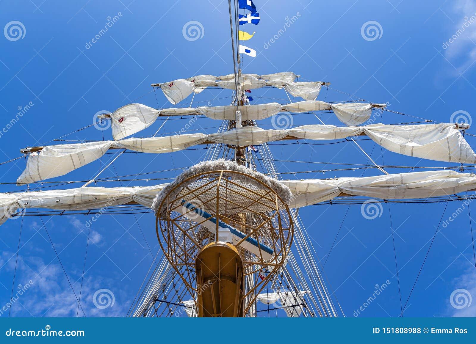 Uno de los palos impresionantes del BRAZO Cuauhtémoc del tallship en el puerto de Scheveningen
