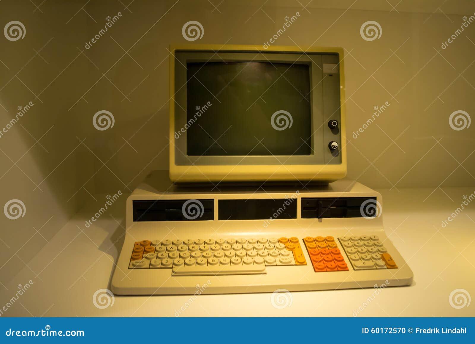 Uno de los primeros ordenadores foto de archivo imagen - Fotos de ordenadores ...