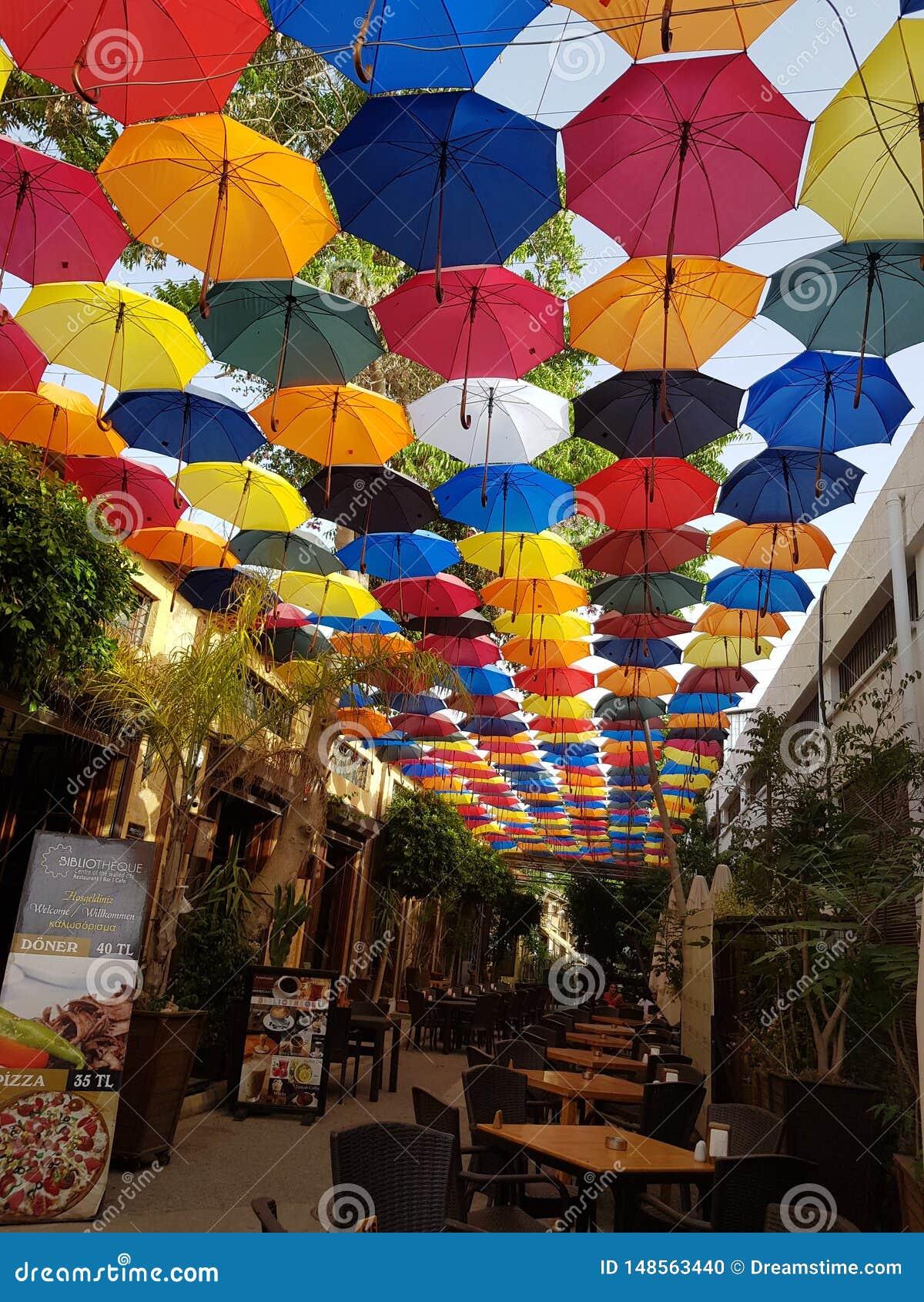 Uno de los restaurantes hermosos en la isla de Chipre, con una visión maravillosa: cubierta del paraguas paraguas