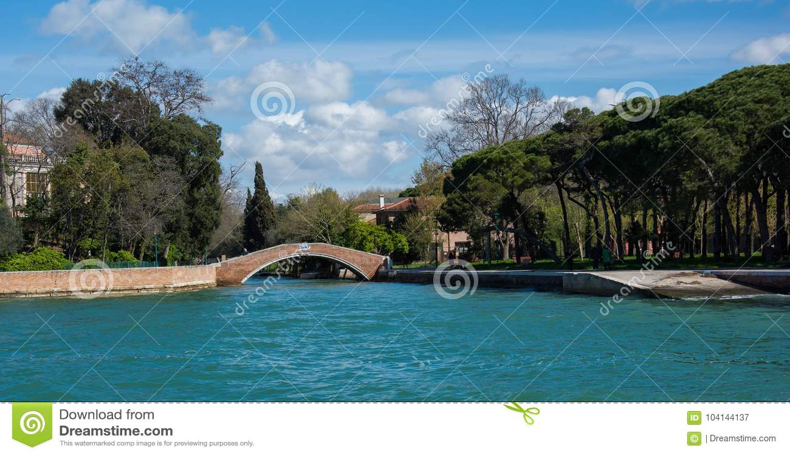 Uno de muchos puente en Venecia Italia