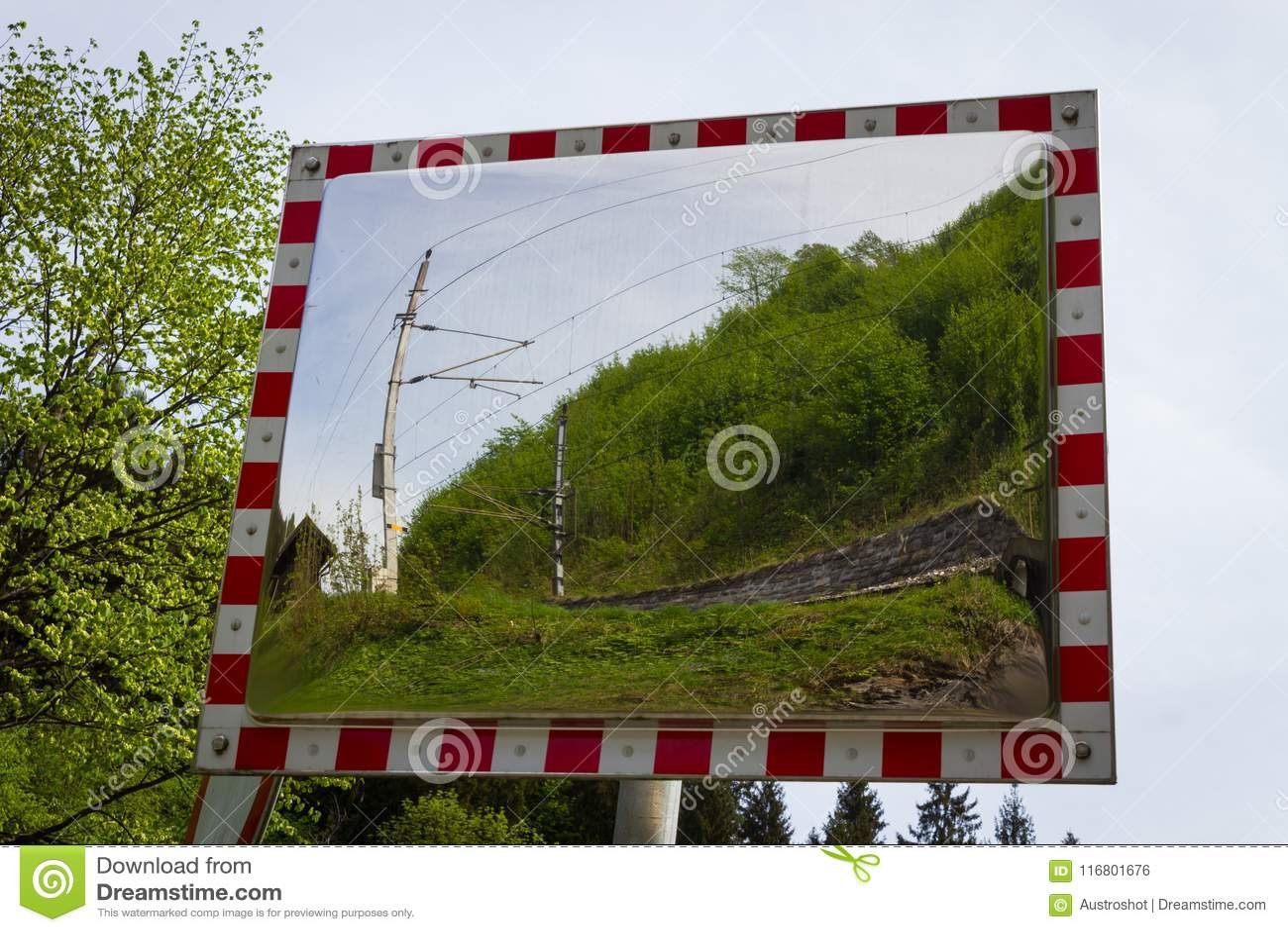 Uno specchio di traffico nel paese