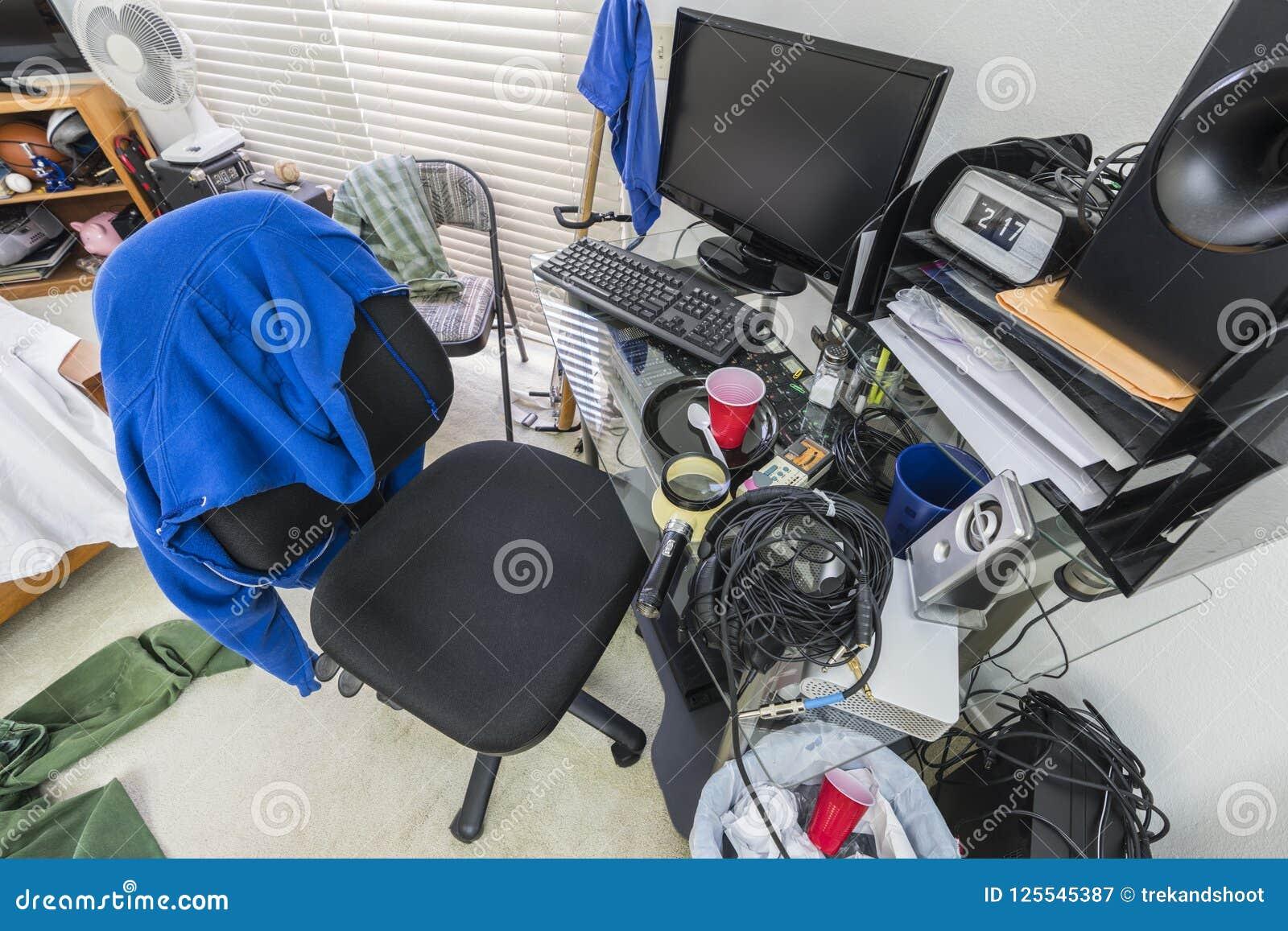 Unordentlicher Teenager-Schlafzimmer-Schreibtisch