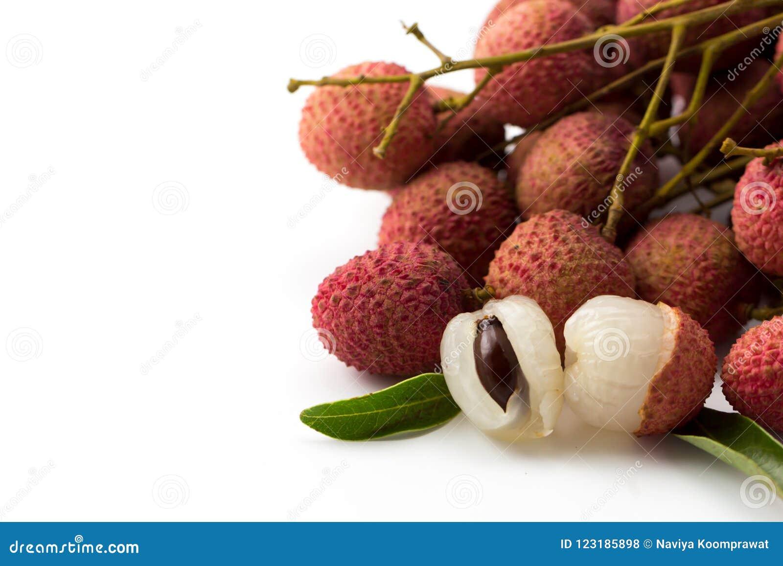 Unpeel Lychee dojrzałe owoc na białym tle