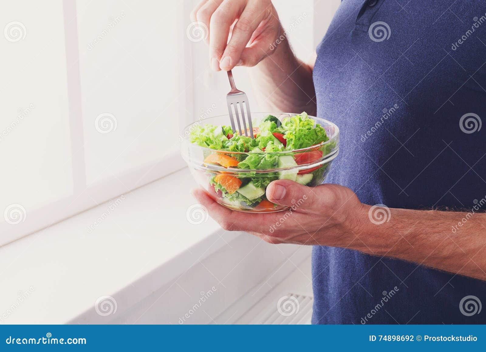 Unrecognizable mężczyzna zdrowego lunch, je diety warzywa sałatki