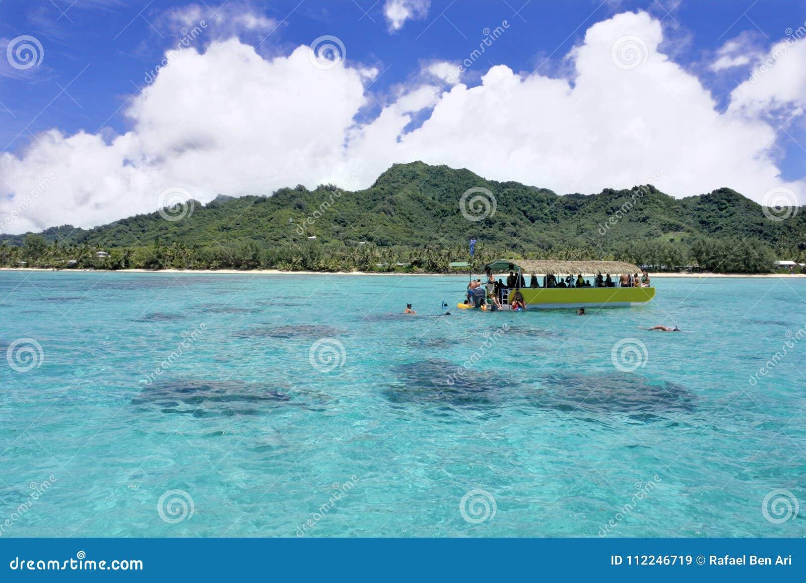 Unrecognizable turystyczny snorkelling w Rarotonga laguny Kucbarskich wyspach