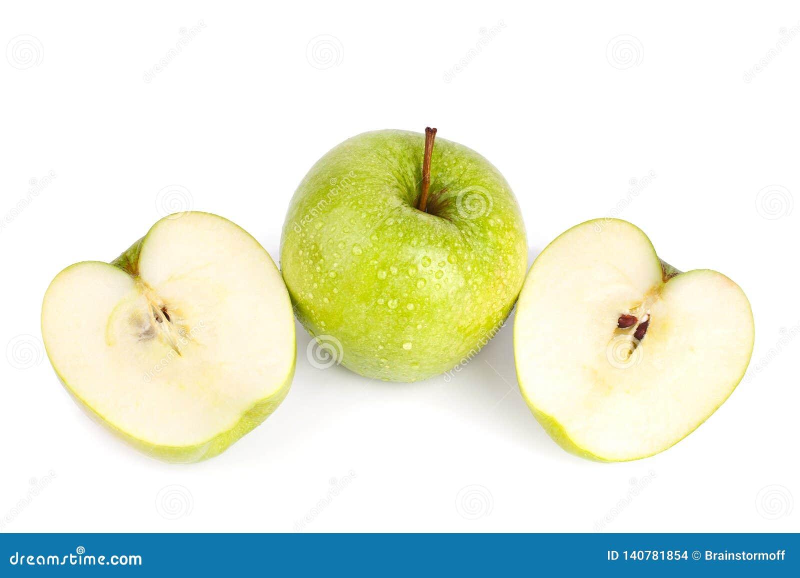 Uns maçã e corte verdes grandes inteiros da maçã ao dois meio em gotas da água fundo branco no fim isolado acima da vista superio