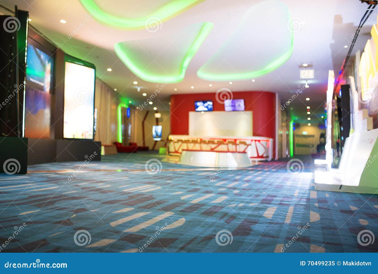Unschärfe von Defocus-Hintergrund von Leute-Wartebereichen im Film oder im Kino-Komplex-Aufenthaltsraum