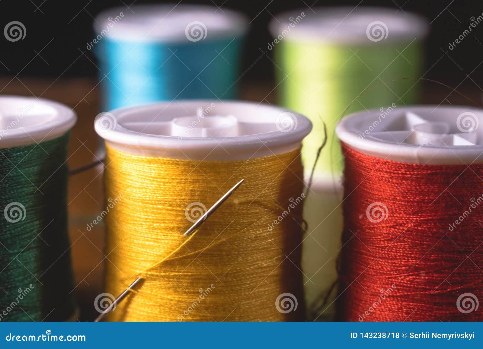 Unscharfe klare Farbfaden-Spulenspulen, industrieller nähender Konzeptentwurf