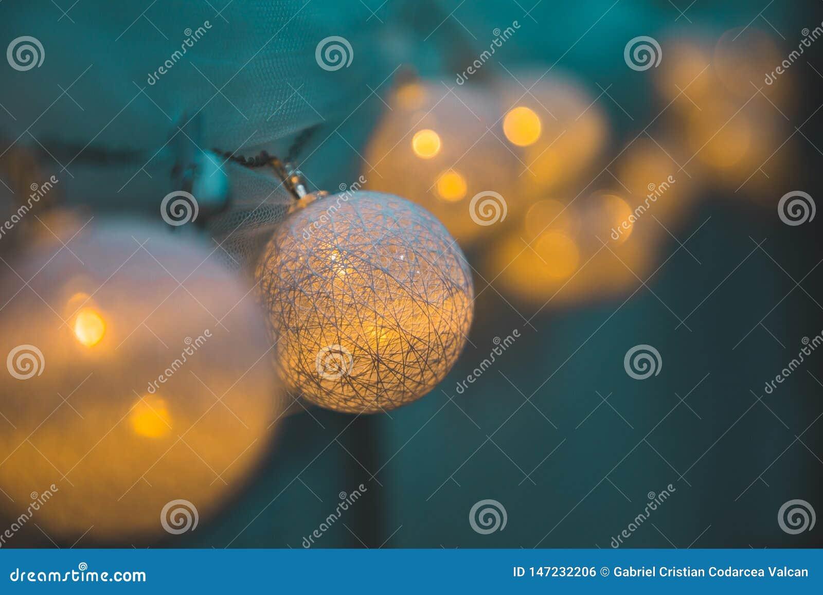 Unscharfe Perspektive der gelben Lichter der Dekoration