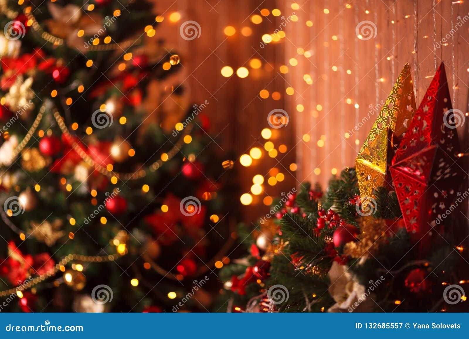 Unscharfe Sterne und Helle witn Hintergrund des Weihnachtsbaums