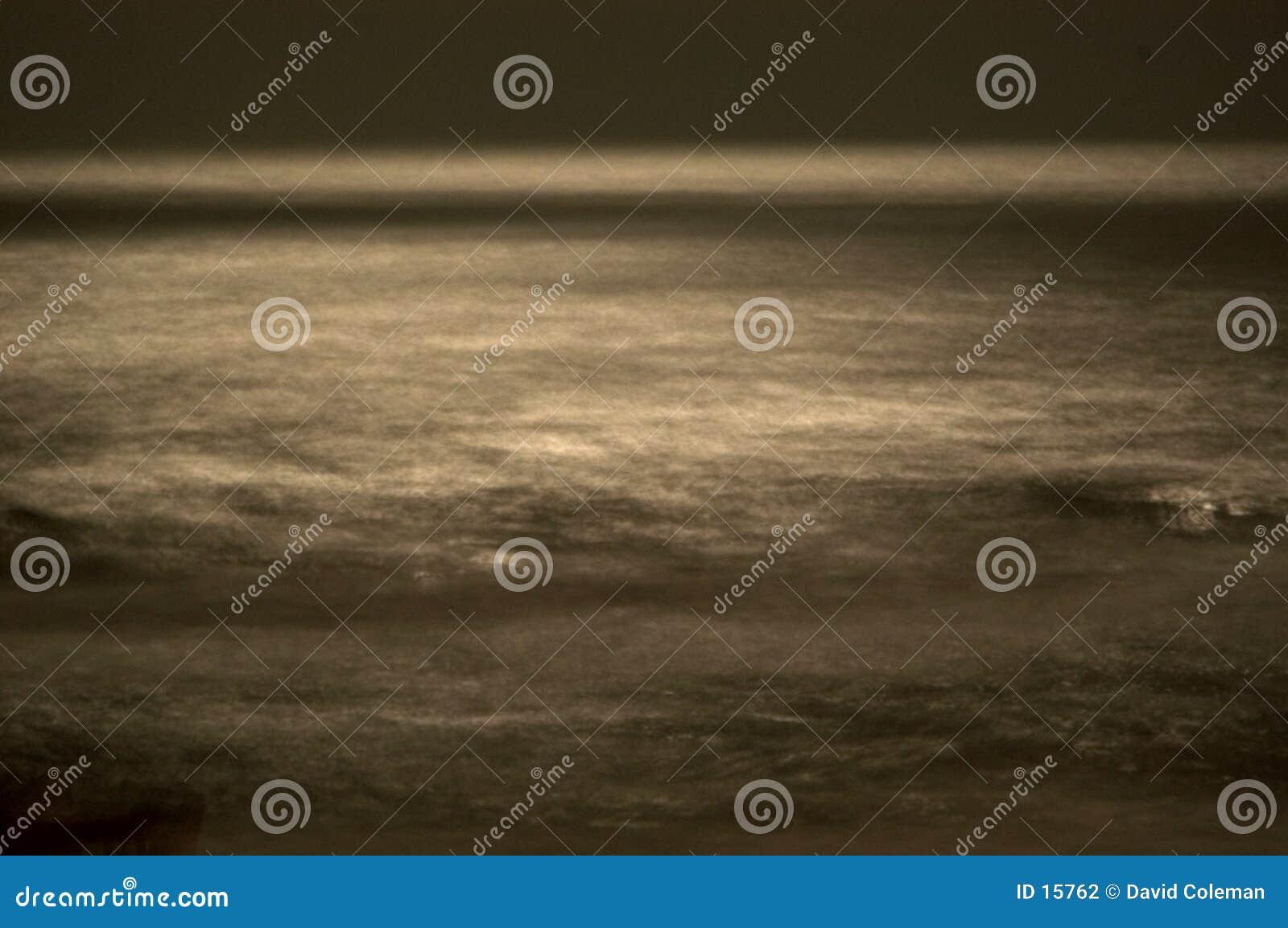 Unscharfe Wellen im Mondschein