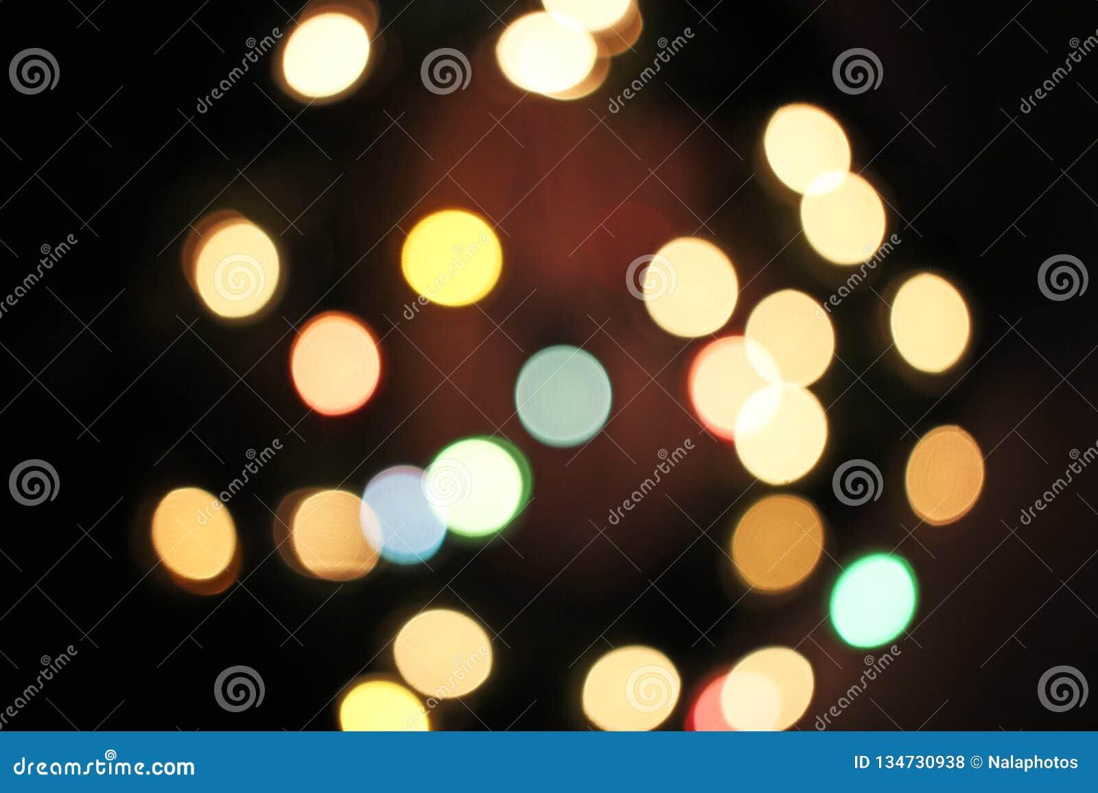 Unscharfer defocused Weihnachtslicht-Lichter bokeh Hintergrund Buntes rotes gelbes Blaugründe fokussierte funkelndes Muster