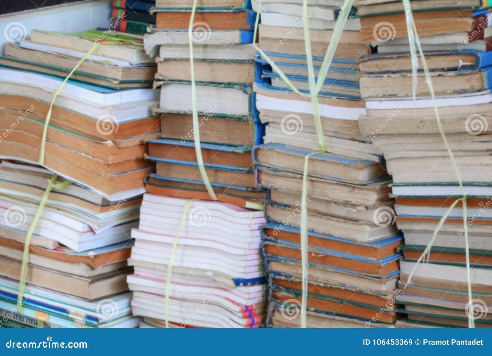 Unscharfer Fokus mit Stapel benutzten alten Büchern