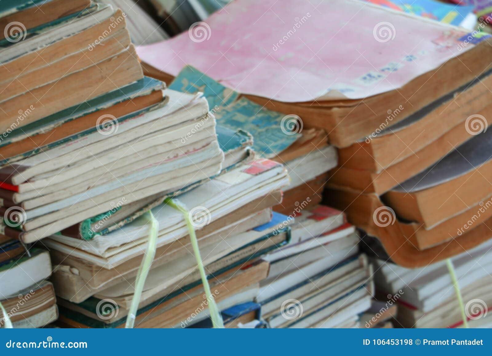 Unscharfer Fokus mit Stapel benutzten alten Büchern in der Schulbibliothek