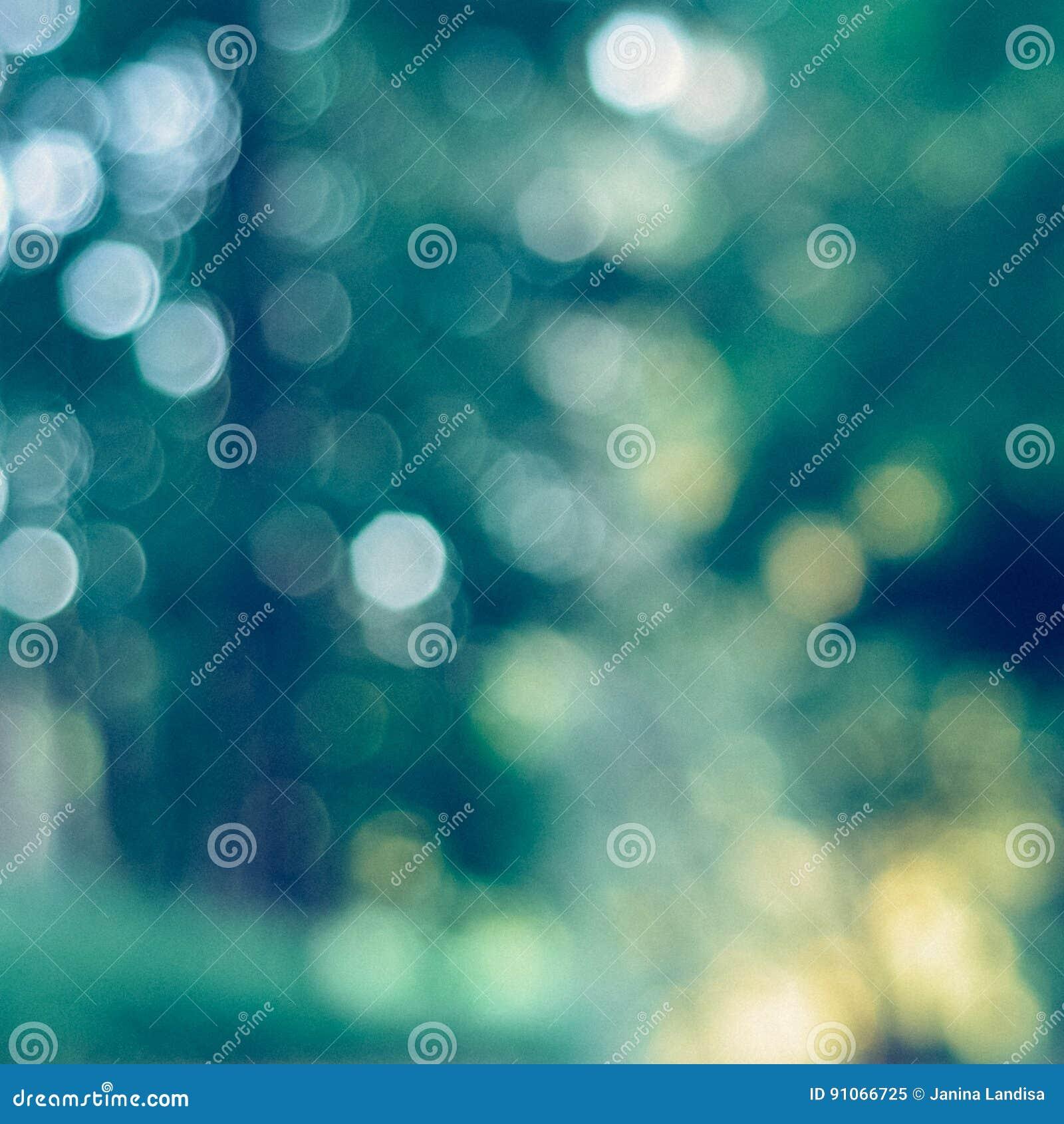 Unscharfer grüner Hintergrund mit interessantem bokeh - sofortiges Weinlesequadratfoto