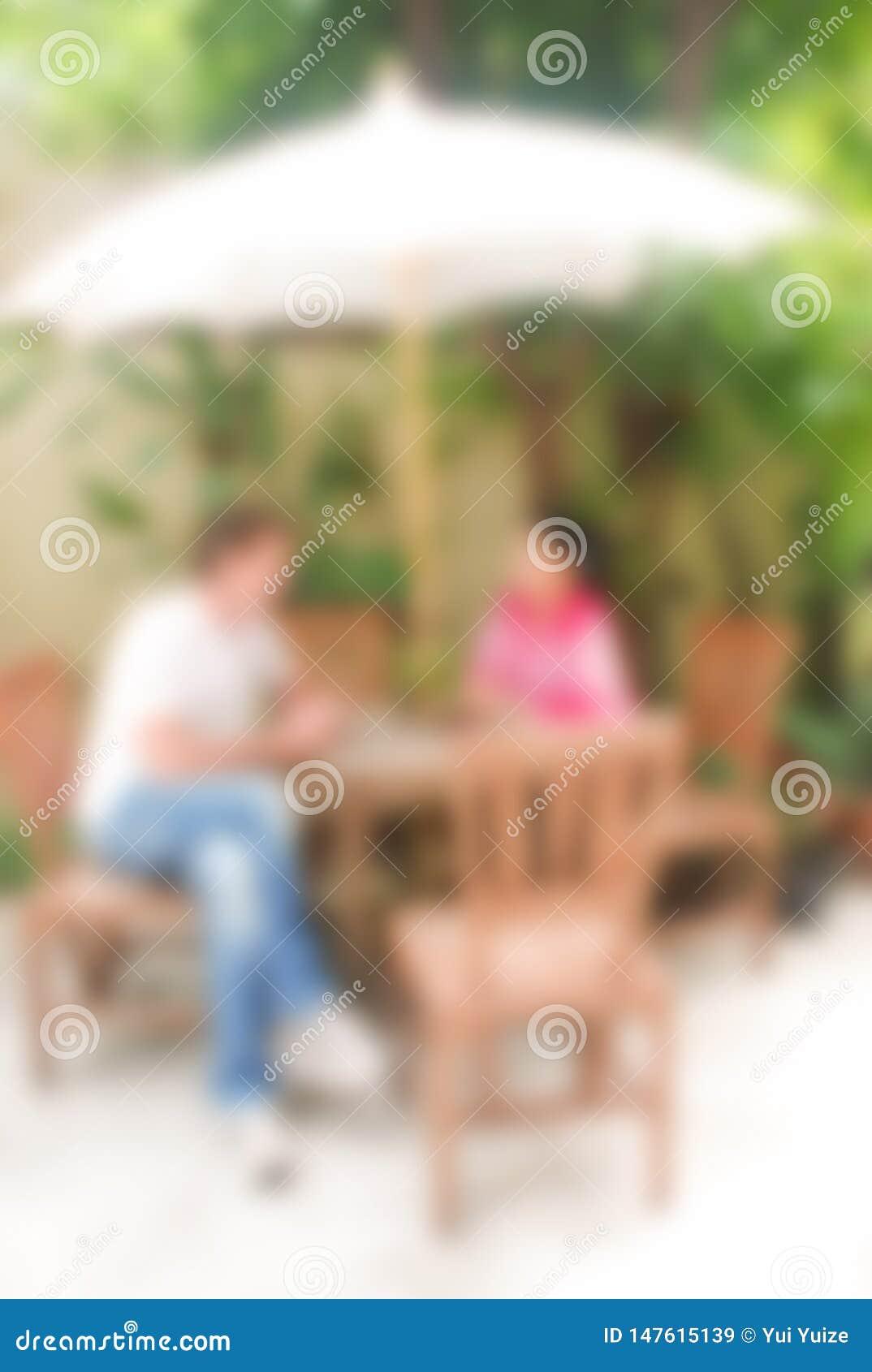 Unscharfer Hintergrund, Mann und Frau sprechen oder Diskussion etwas, Unschärfebildkonzept