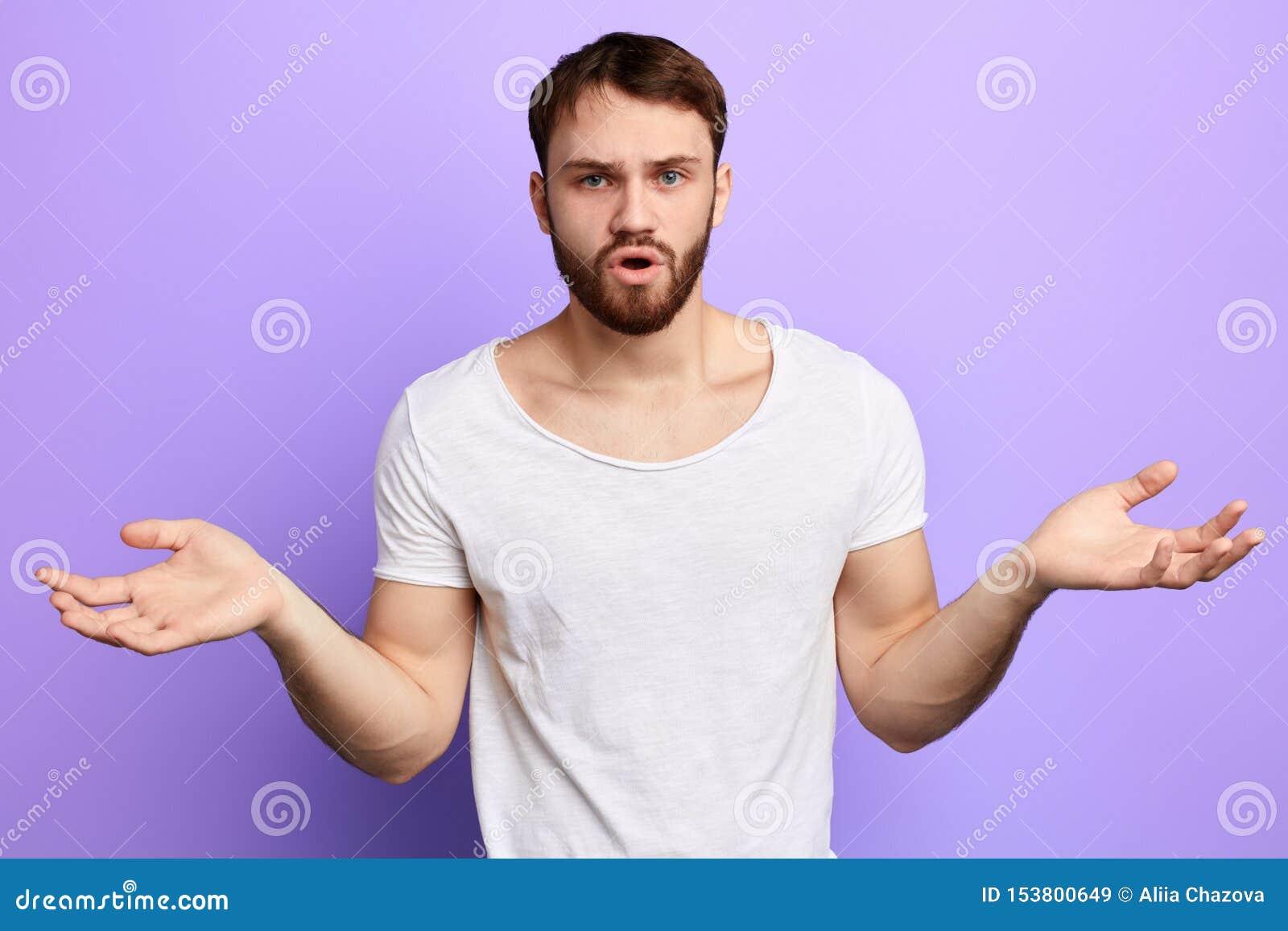 Unshure novo braços de espalhamento confundidos do homem