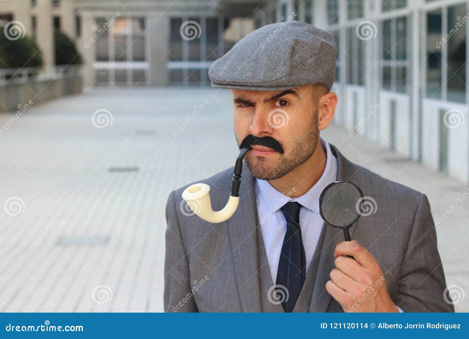 Unsicherer Detektiv, der etwas herausfindet