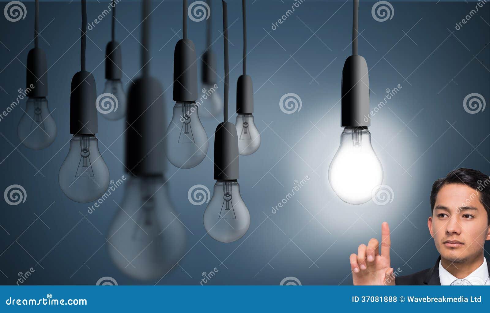 Download Unsmiling Azjatykci Biznesmena Wskazywać Zdjęcie Stock - Obraz złożonej z digitise, iluminacja: 37081888