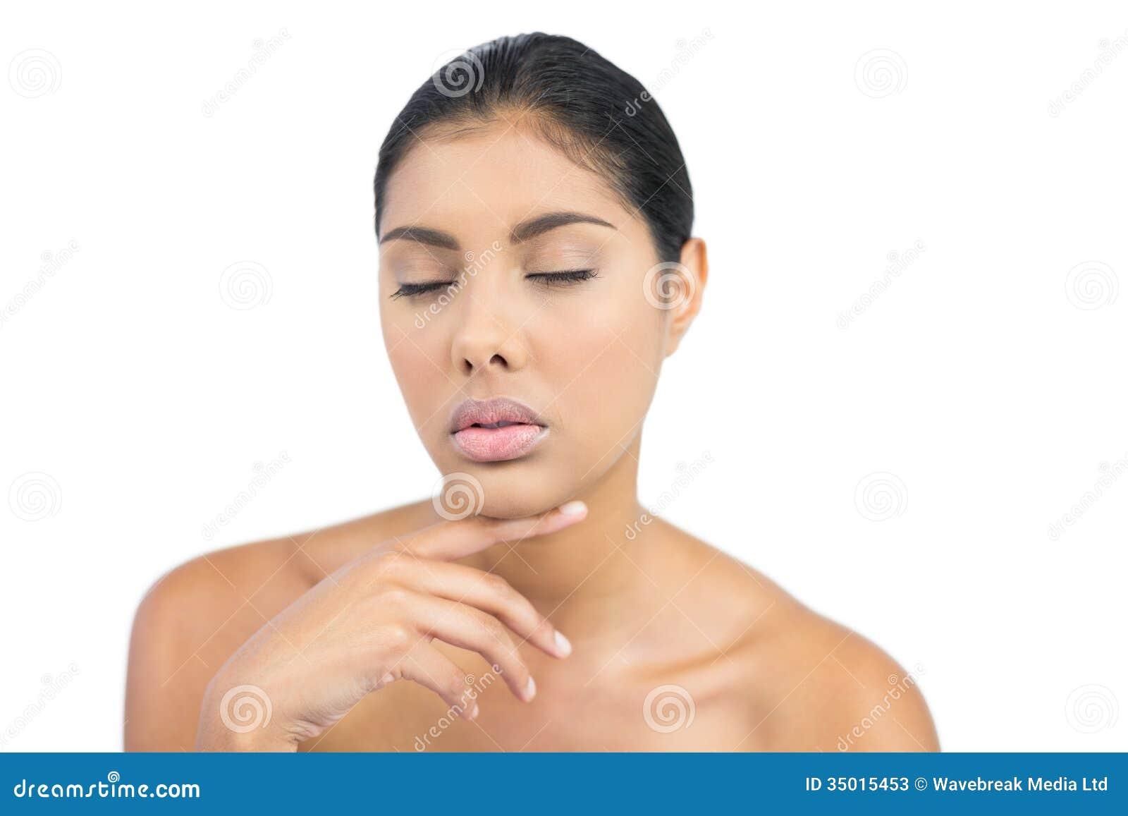 Unsmilings naakt brunette wat betreft haar kin met gesloten ogen stock foto 39 s afbeelding 35015453 - Naakt in haar woonkamer ...