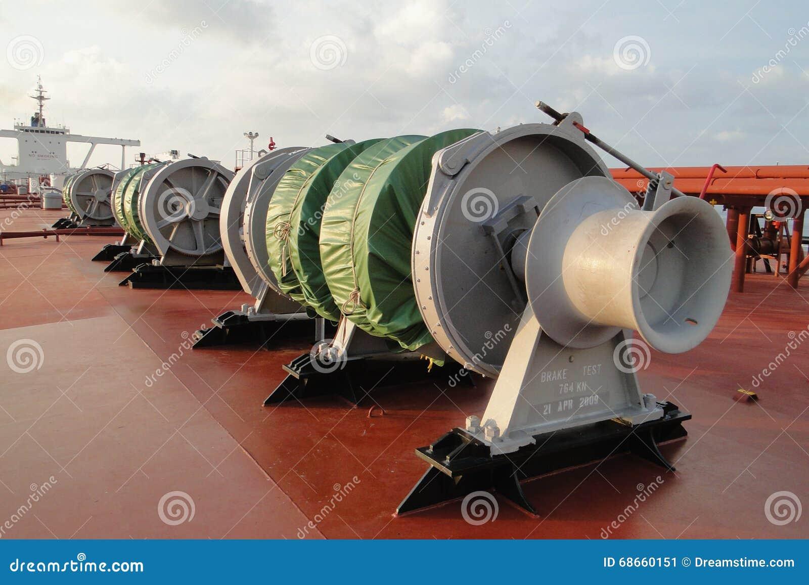 Unter dem blauen Himmel und den weißen Wolken kombinierte Seesegeln über dem Öltanker, VLCC