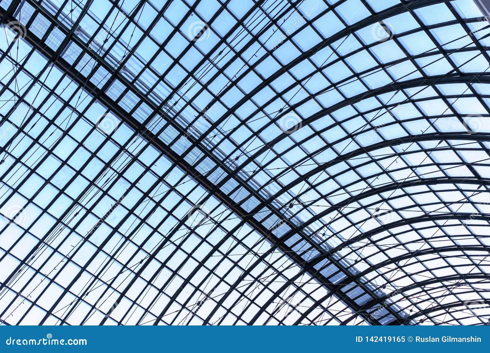 Unter dem Dach Glasplattendach mit weißen Dielen unter hellem blauem Himmel