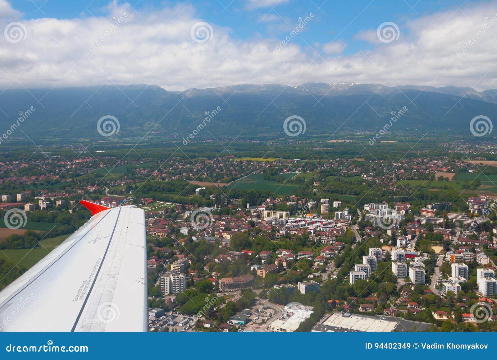 Unter flacher Flügelstadt nahe Genf und Jurabergen Ferney-Voltaire, Frankreich