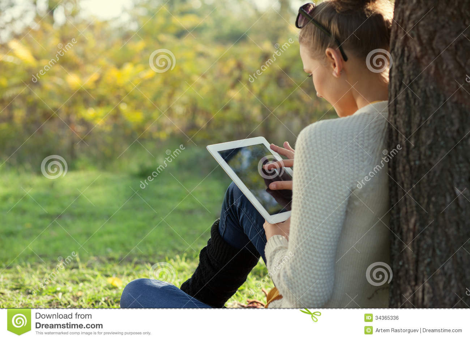 Unter Verwendung ipad junger Frau im Park