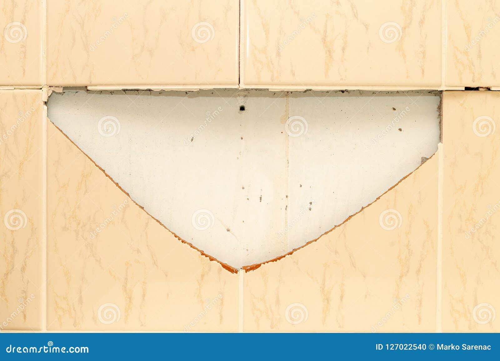 Unterbrochene Fliesen Badezimmer Wand Schädigende 4 ...