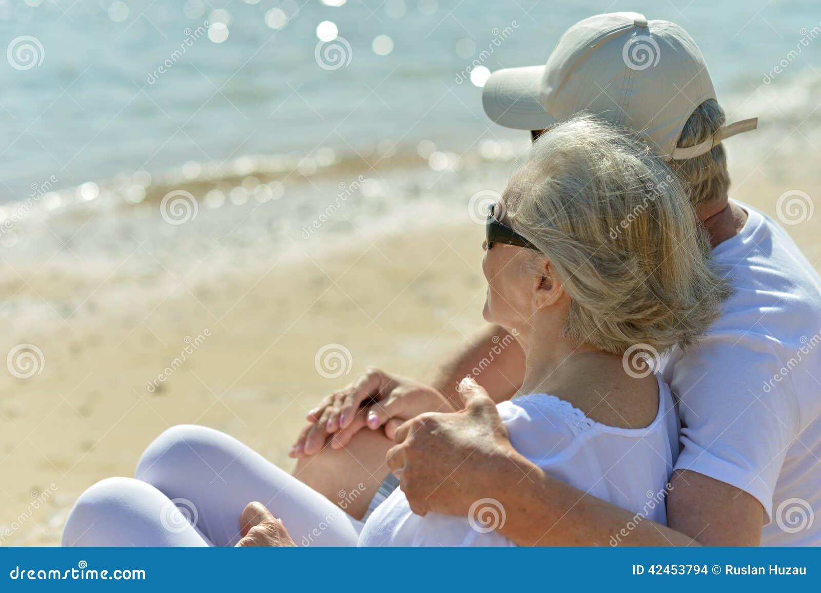 Unterhaltende ältere Paare