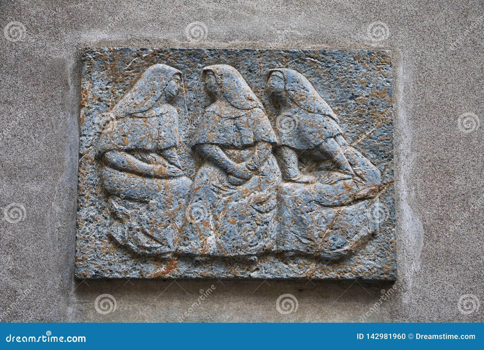 Unterhaltungsfrauen im Steinbild in Zürich