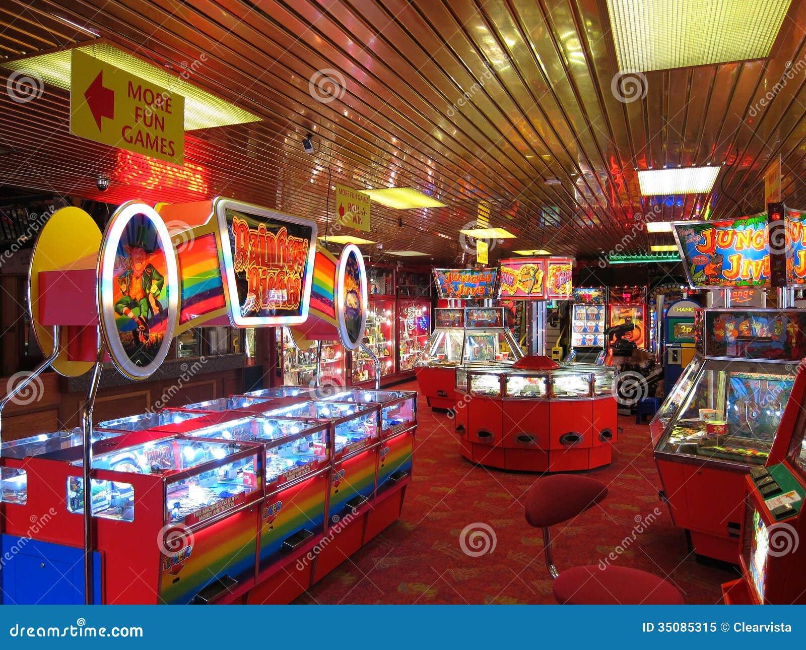 Unterhaltungswohnzimmer mit Spielautomaten.