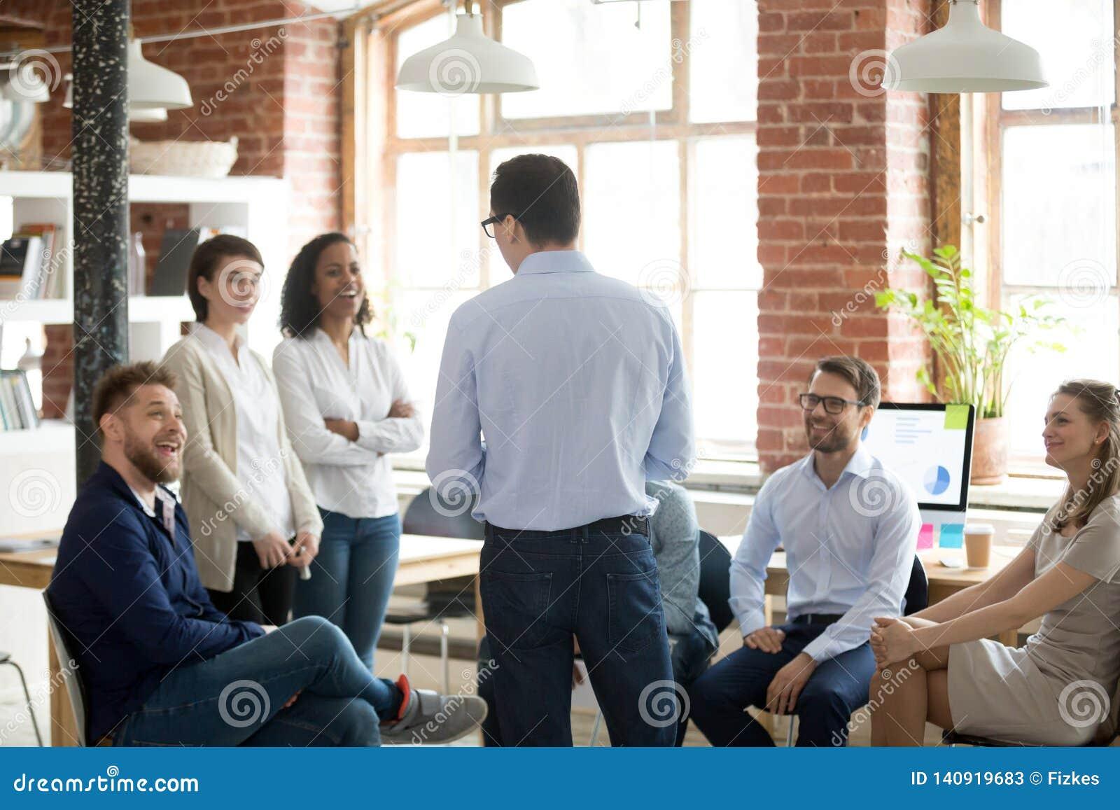 Unternehmensleitermanager, der mit Gesellschaftern während der Anweisung spricht