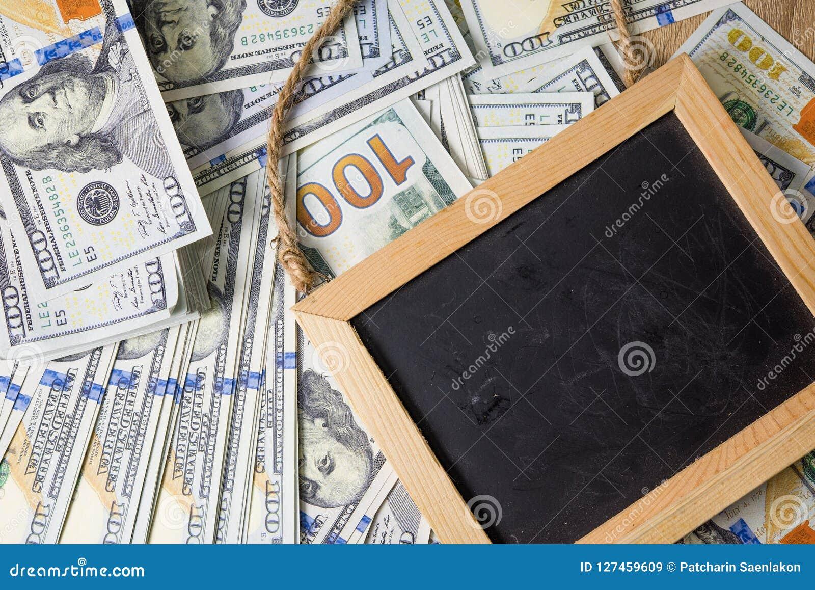Unternehmensplan auf Finanzeinkommens-, Dollar- und Geschäftsdiagrammen