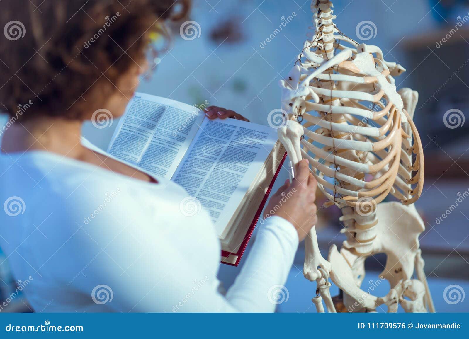 Unterrichtende Anatomie Arztfrau Unter Verwendung Des Menschlichen ...