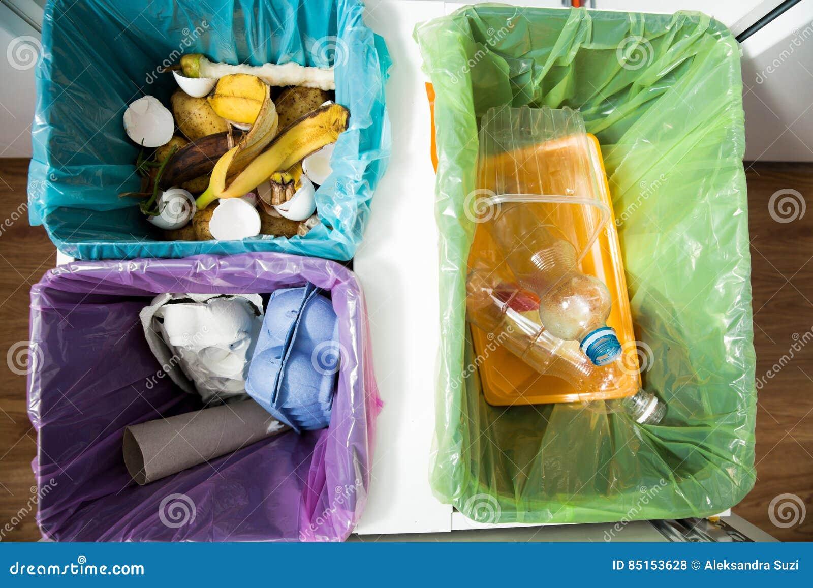 Unterschiedlicher Abfalleimer Mit Bunten Abfalltaschen