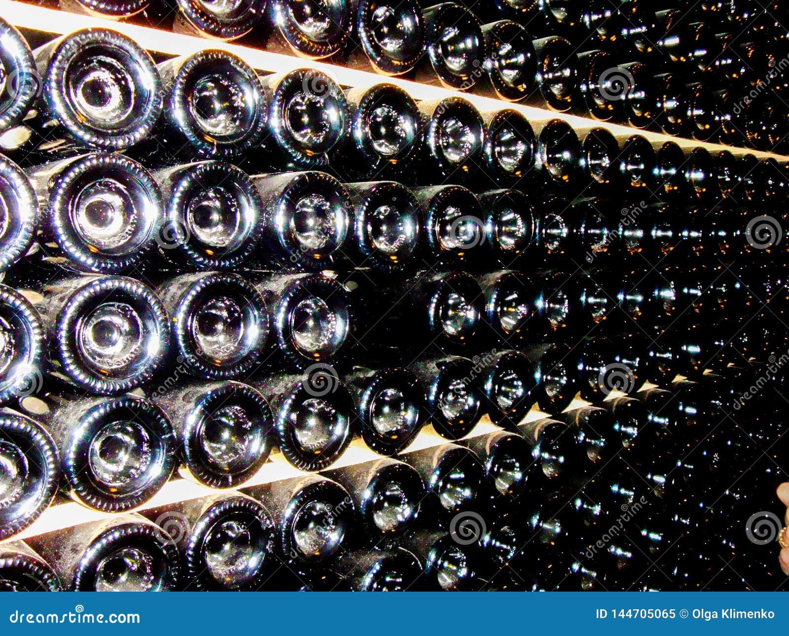 Unterseiten von Flaschen im Keller der Weinkellerei