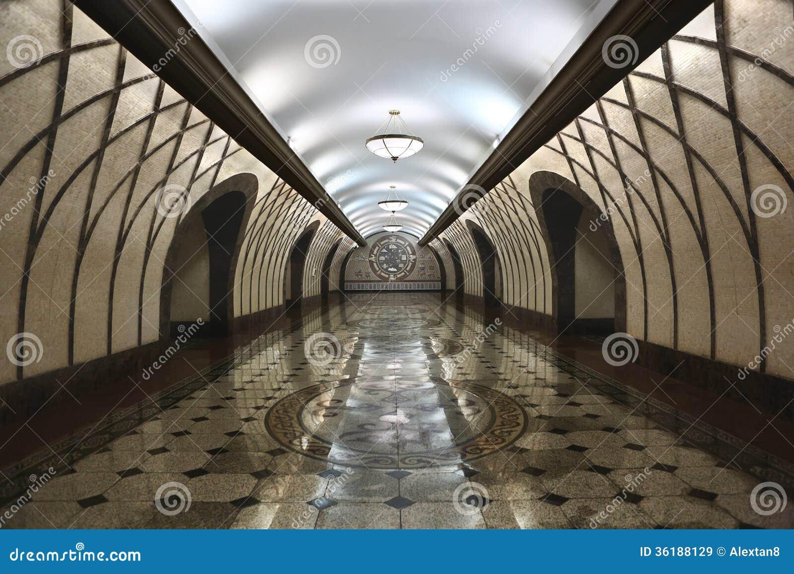 Untertägiger moderner Gehweg Innen-Almaty Kasachstan