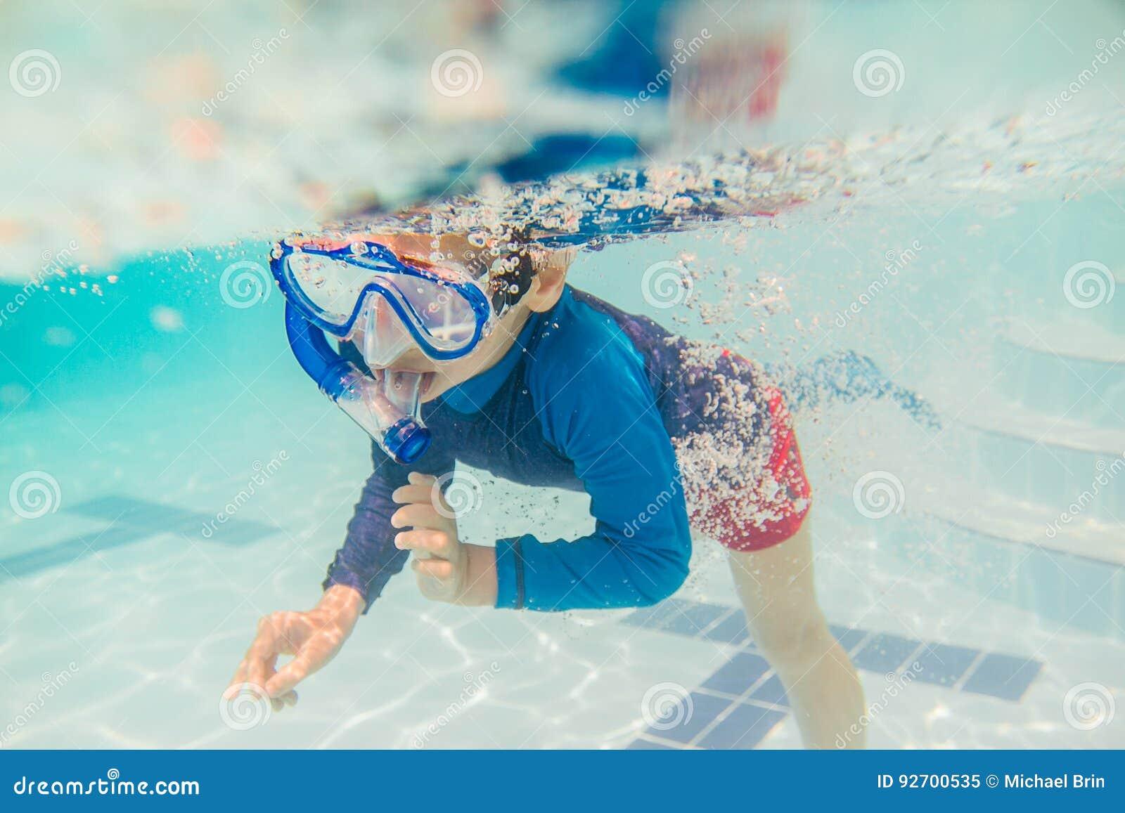 Unterwasserjungen-Spaß im Swimmingpool mit Schnorchel Sommerferienspaß