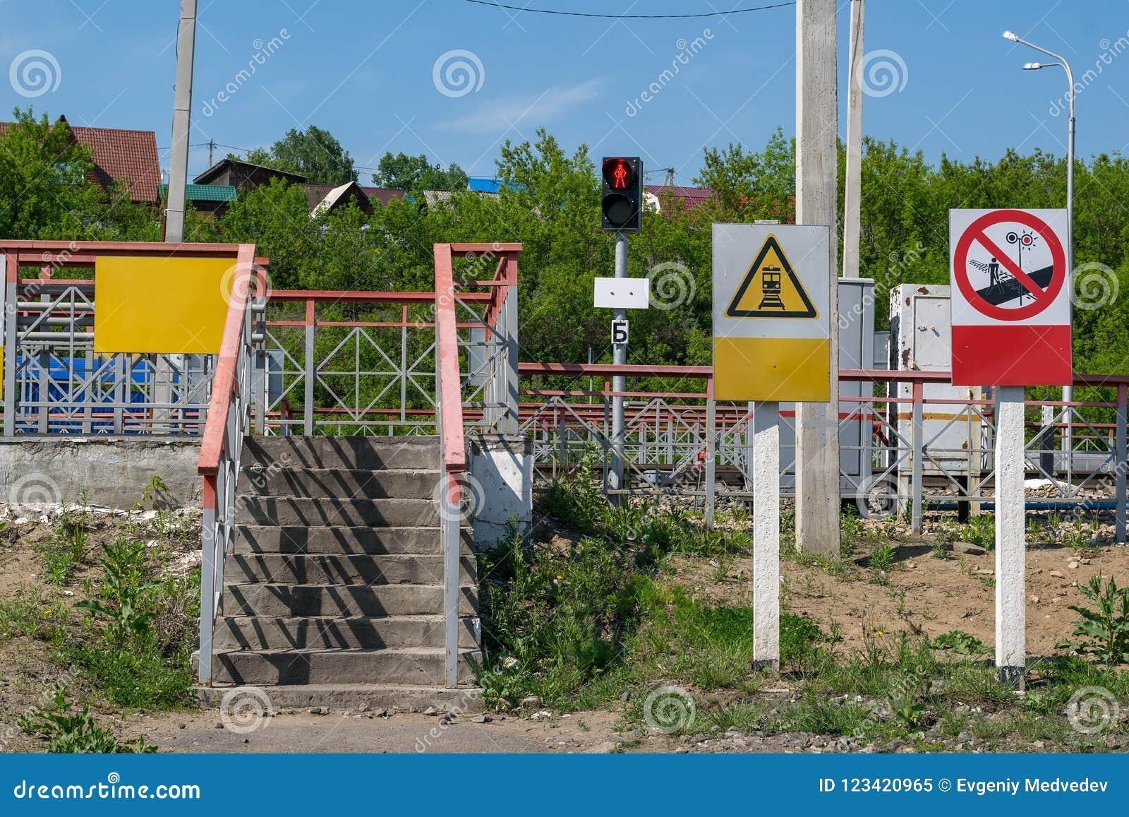 Unterzeichnen Sie rotes Haltesignal für Fußgänger an den Ampeln und an Warnzeichen