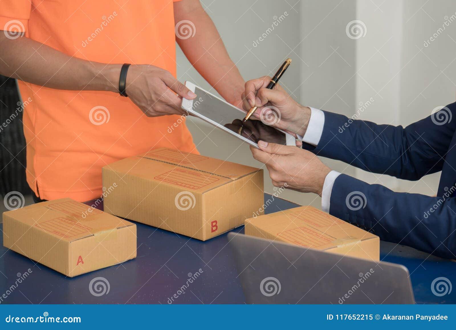 Unterzeichnende Dokumente des Geschäftsmannes, nachdem Waren vom Befreier empfangen worden sind