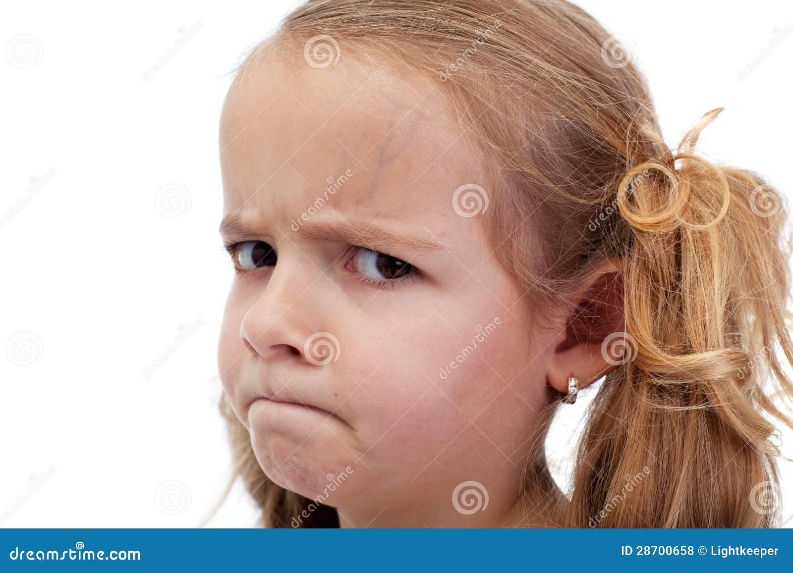 Untrustful mała dziewczynka patrzeje podejrzliwie