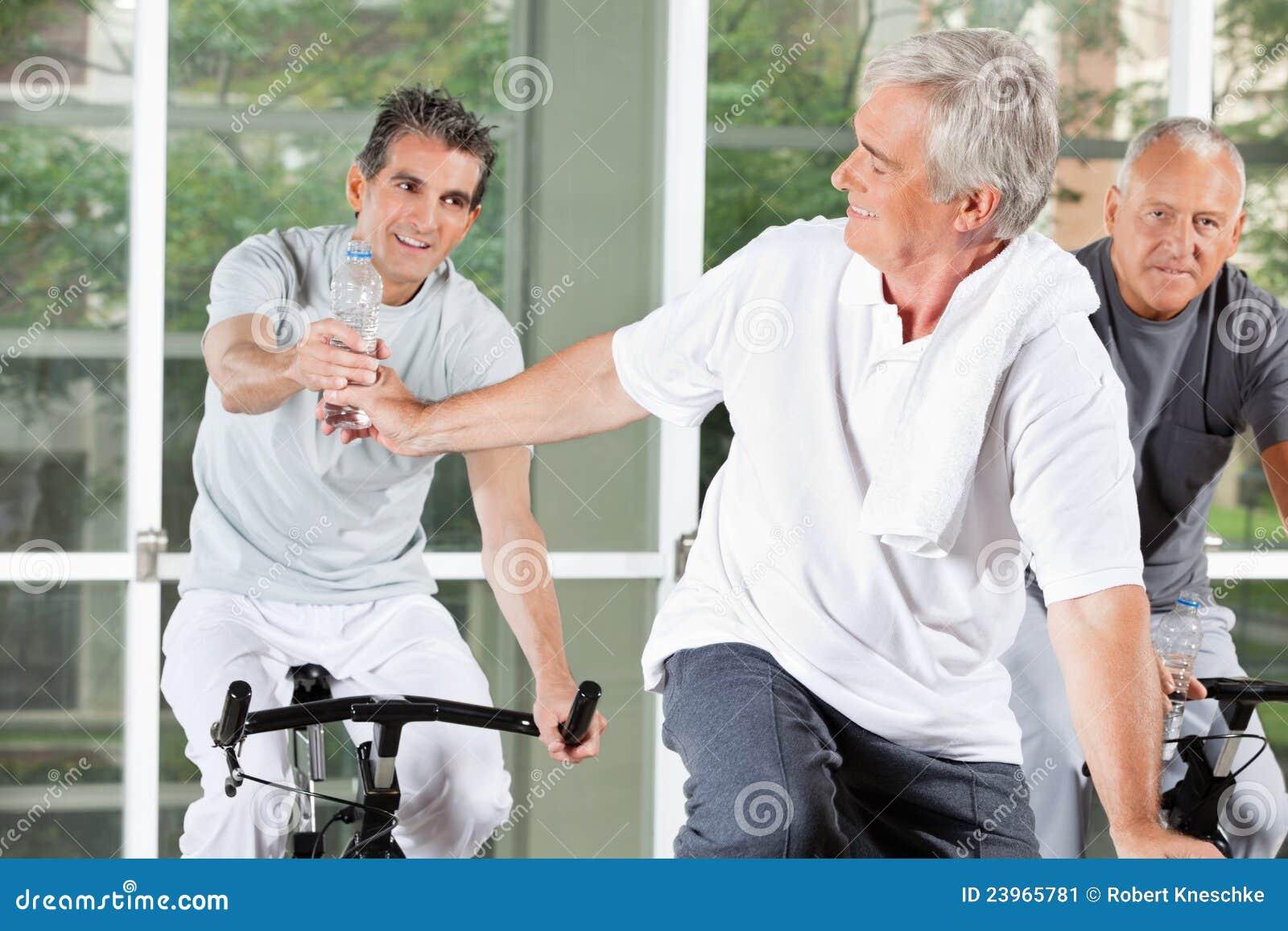 Uomini anziani con acqua nella forma fisica
