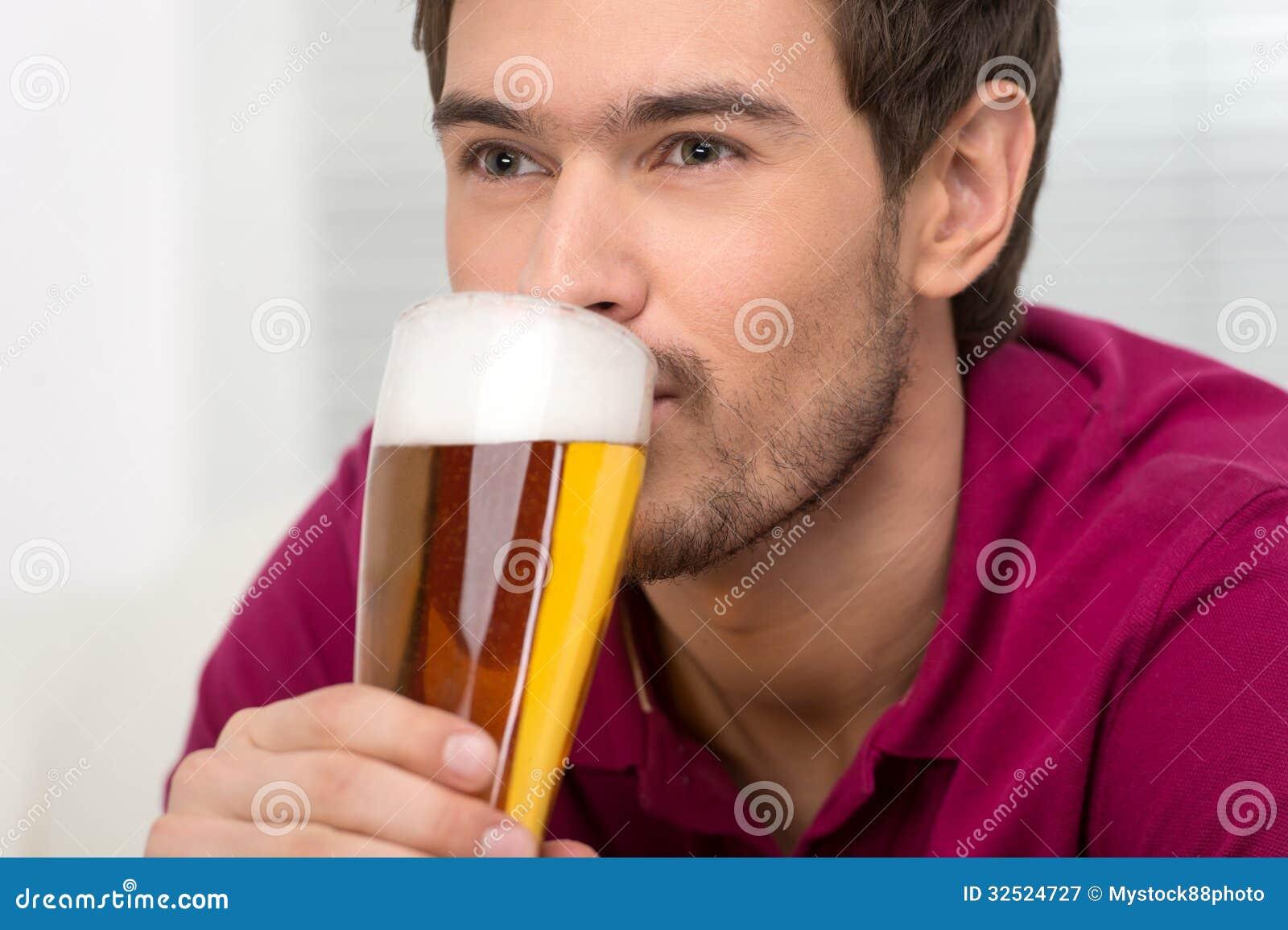 Uomini che bevono birra ritratto dei giovani bei che for Konzentrationsschw che bei schulkindern