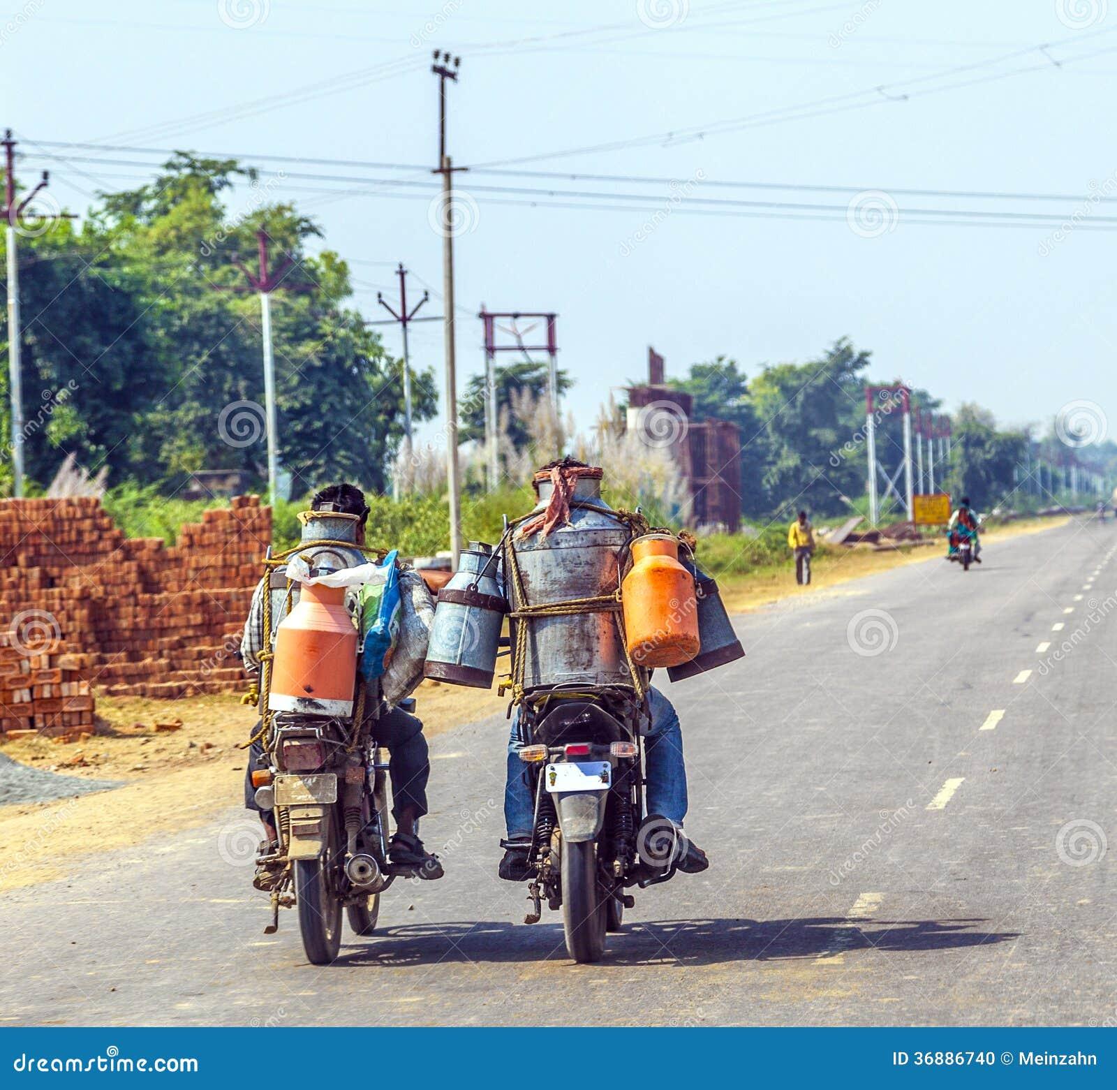 Download Uomini Che Guidano Motocicletta Con Le Latte Immagine Editoriale - Immagine di adulto, people: 36886740