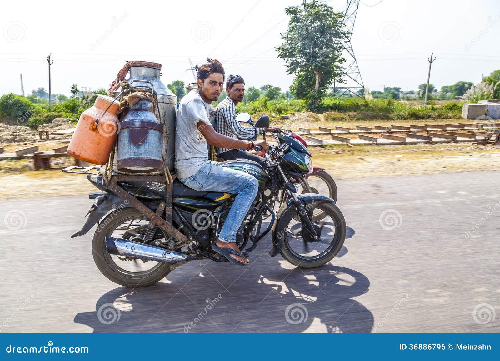 Download Uomini Che Guidano Motocicletta Con Le Latte Fotografia Editoriale - Immagine di automobile, architettura: 36886796
