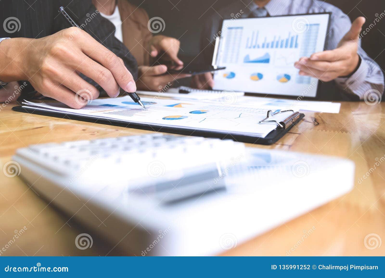 Uomini d affari che discutono i documenti e le idee alla riunione in un posto di lavoro