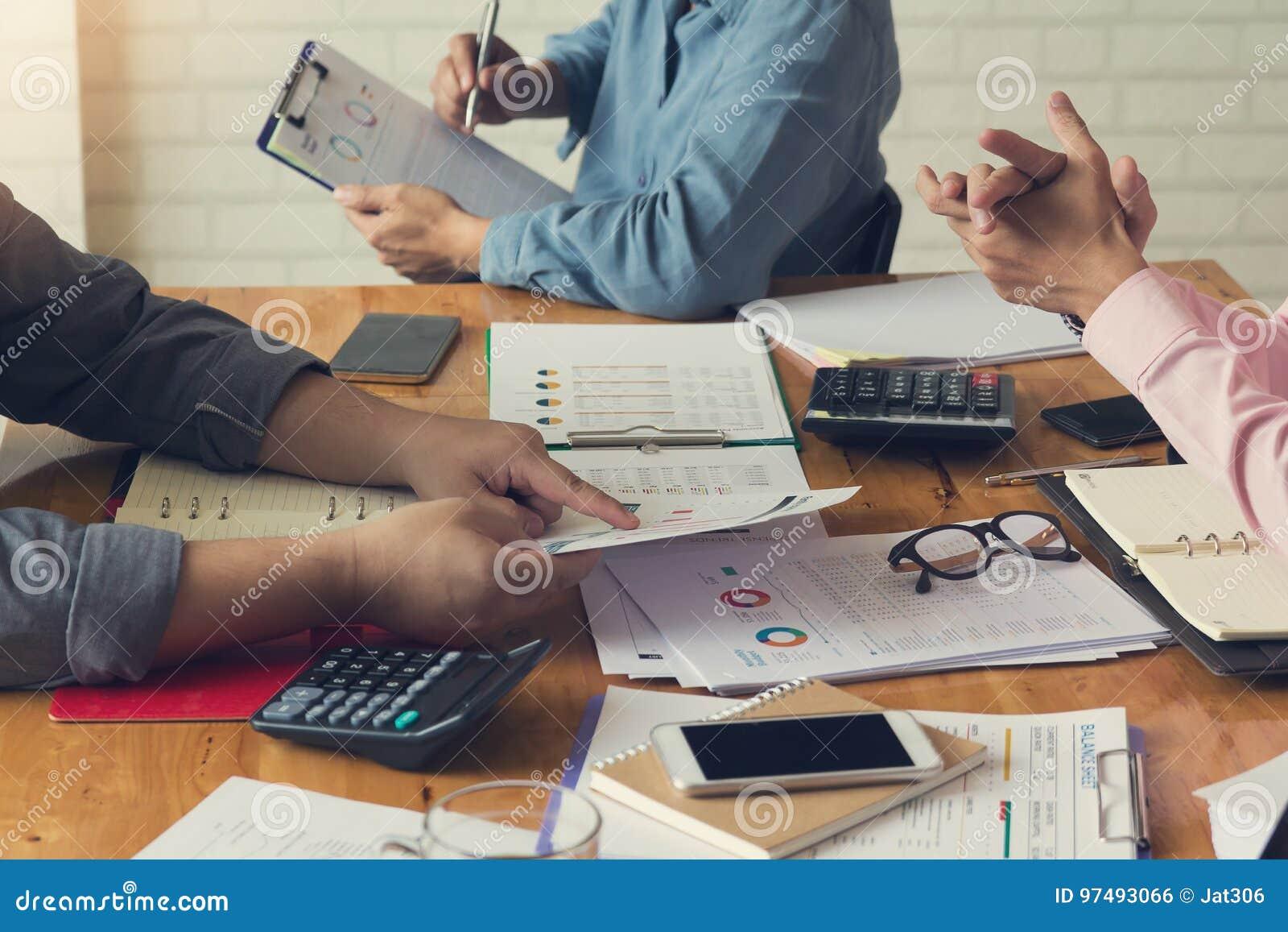 Uomini d affari che discutono il grafico di analisi, effetto d annata