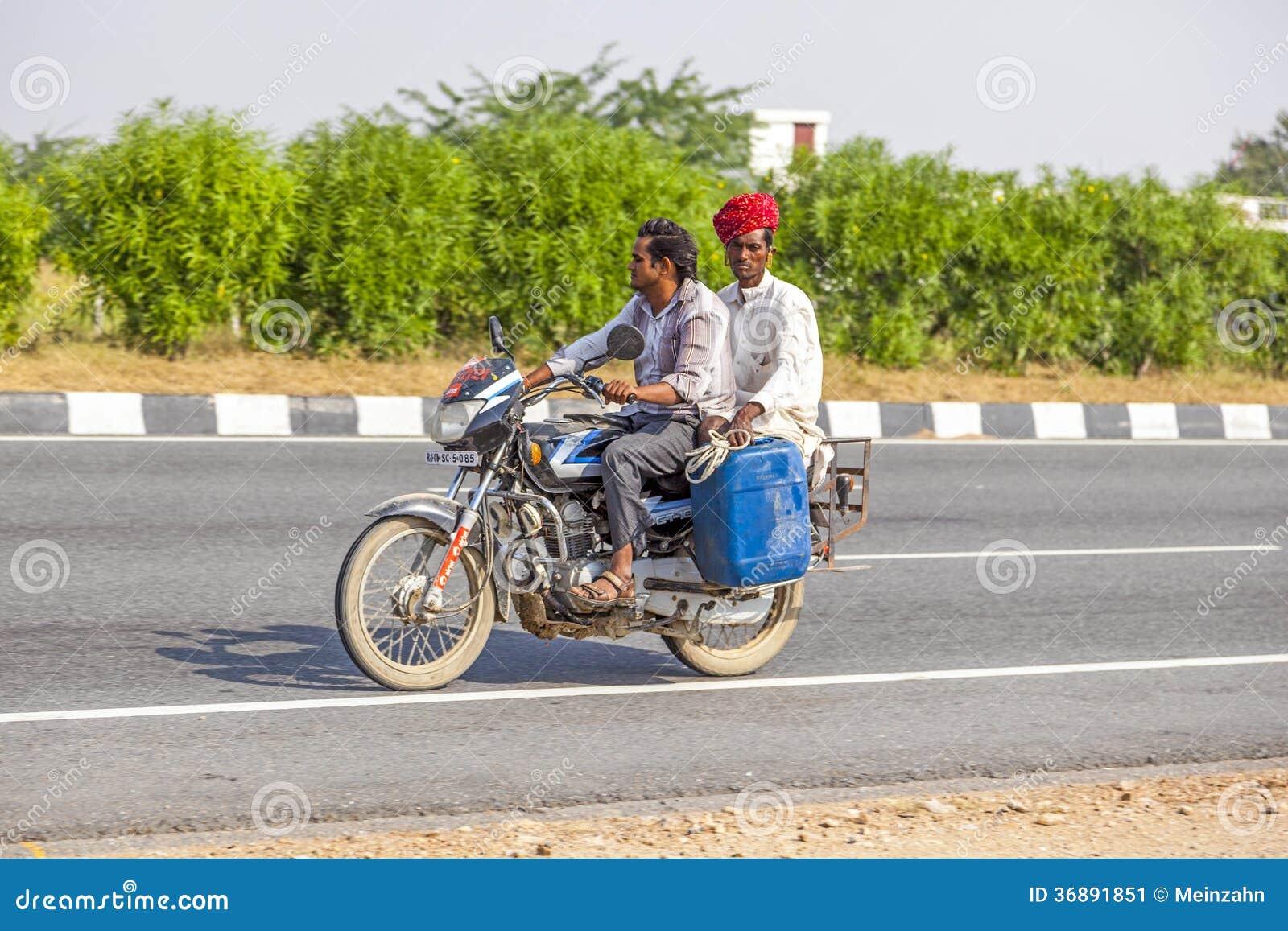 Download Uomini Indiani Che Guidano Un Motorino Fotografia Editoriale - Immagine di sicurezza, madre: 36891851
