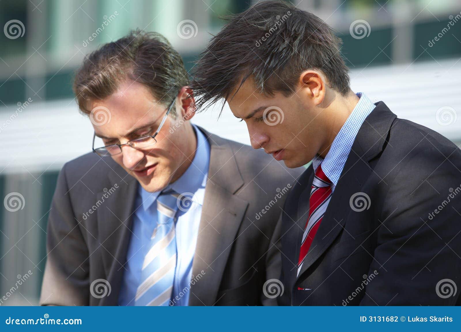Uomini lavoranti di affari